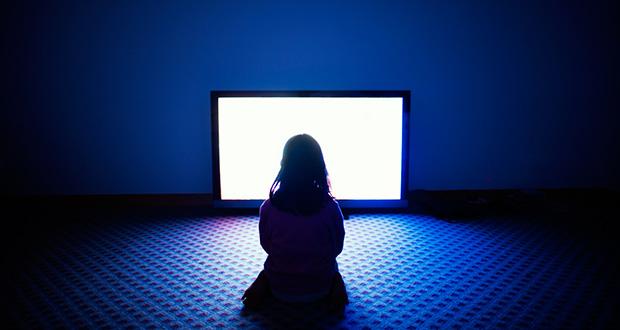 چرا تماشای تلویزیون در تاریکی ضرر دارد؟