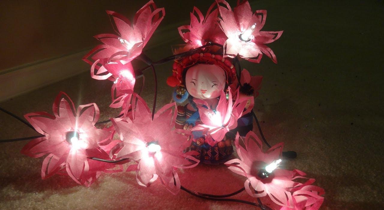 ایده تزئین چراغ های ریسه ای با گل های کاغذی