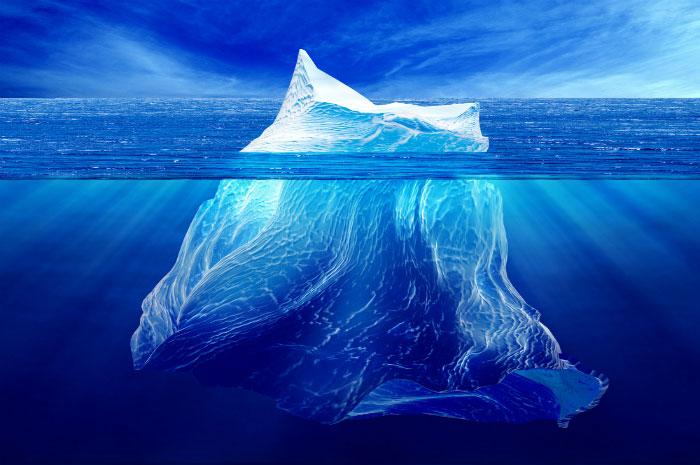 قسمت اعظم کوه یخ در زیر آب قرار دارد. تنها بخش اندکی از کوه یخ در سطح آب دیده می شود.