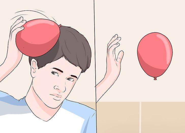 یک بادکنک پُر از باد را روی موهای خود و یا بلوزی پشمی بکشید تا از نظر الکتریکی باردار شود. حالا اگر بادکنک را به سمت سقف اتاق یا دیوار بفرستید، بار مخالفی را به سقف القاء خواهد کرد. دو بار غیر الکتریکی همنام، یکدیگر را جذب می کنند و بادکنک به سقف یا دیوار می چسبد. همچنین اگر موهای خشک خود را چندین بار شانه بکشید، الکتریسیته ساکن به وجود می آید. شانه باردار، یک بار مثبت بر تکه های کوچک کاغذ وارد می آورد و آنها را جذب می کند و بالا می کشد.